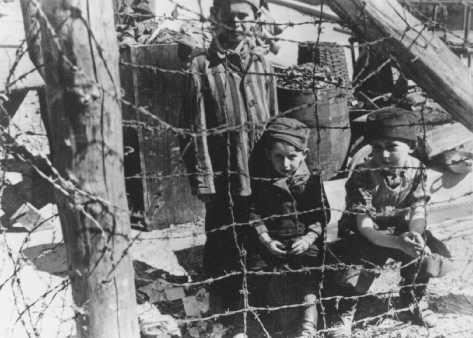 """Alcuni sopravvissuti del """"Blocco 66"""" di Buchenwald (un edificio destinato ad ospitare bambini) fotografati poco dopo la liberazione. Germania, dopo l'11 aprile 1945."""