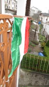 Bandiera italiana sul balcone, Introzzo(LC)